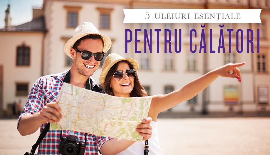 • 5 uleiuri esențiale pentru călători cu un bărbat și o femeie zâmbind și uitându-se la o mapă.