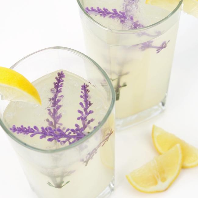 Hälsosam honungs - och lavendellemonad med lavendelkvistar och citronskivor