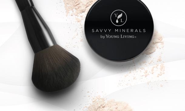 Dobre pytanie! Savvy Minerals by Young Living® to miłość od pierwszego wejrzenia, jeśli chodzi o naturalne składniki. Znajdziesz tu nie tylko skuteczne substancje najwyższej jakości — nasza linia kosmetyków jest produkowana w sposób zrównoważony, oparta na roślinach i nietestowana na zwierzętach.