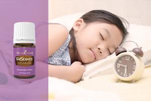Den eteriska oljeblandningen KidScents® DreamEase med ett sovande barn
