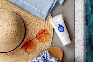 Opalovací mléko Mineral Sunscreen Lotion SPF 50 se slunečními brýlemi a kloboukem