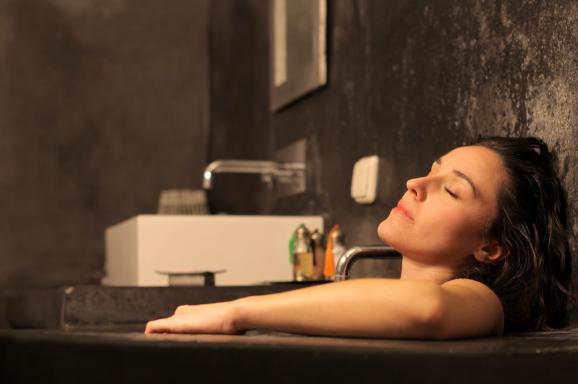 就寝の1時間前には強い光やブルーライトを避け、入浴して体温を上げておくことで体内リズムを整える